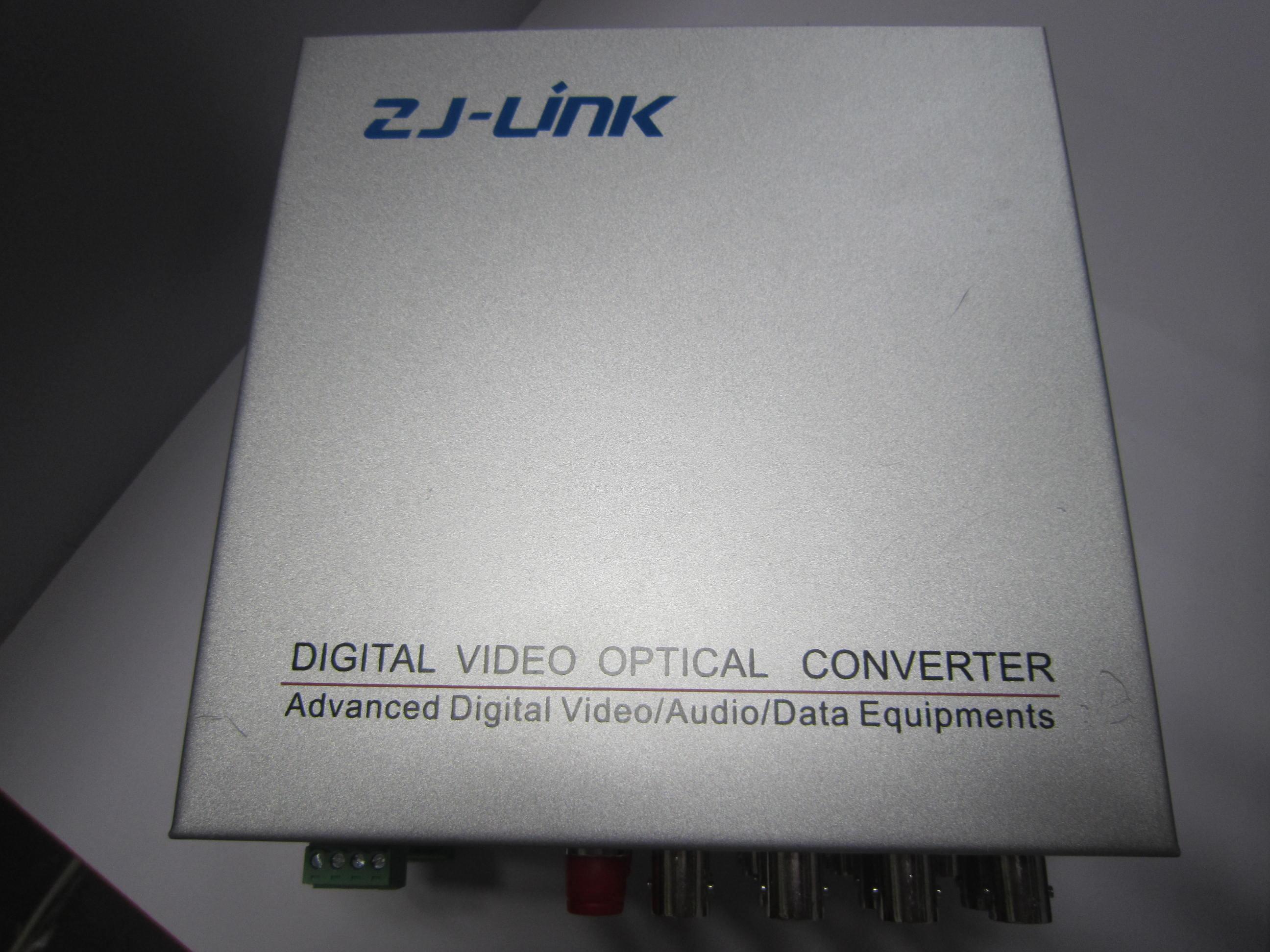 8路全数字视频加可选选件光端机采用国际先进的SOC数字信号处理技术,及全数字视频无压缩传输技术,将8 路视频及多路音频、数据、电话、以太网、开关量等信号在单芯光纤上采用光纤的CWDM波分复用技术实时同步、无失真、高质量地传输。全数字视频光端机的光模块和核心电路采用进口元器件,稳定性高,所有的光、电接口均符合国际标准,安装时免调整,适用于不同的工作环境。